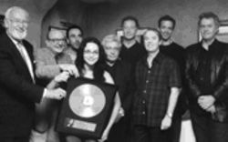 Norah and her team, from left, go for the gold (record): Blue Note Records President Bruce Lundvall, producer Arif Mardin, EMI Recorded Music North America Chairman Dave Munns, Jones, EMI Recorded Music Chairman and CEO Alain Levy, managers Sam Feldman and  Steve Macklam and producer Craig Street.