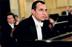 Albert Dupontel is a pianist in need of time off in Avenue Montaigne.